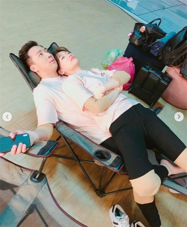 Hari Won gọi Trấn Thành là chiếc giường, ngang nhiên nằm lên người, còn tuyên bố chủ quyền căng đét! - Ảnh 4.