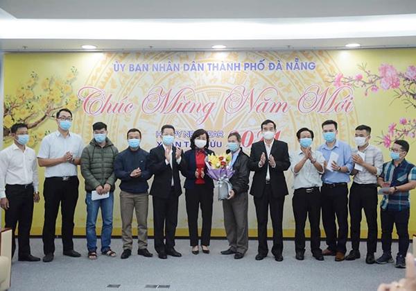 Lãnh đạo TP và Sở Y tế Đà Nẵng tặng hoa, chúc đoàn y tế lên hỗ trợ tỉnh Gia Lai truy vết phòng, chống dịch COVID-19 đạt nhiều kết quả