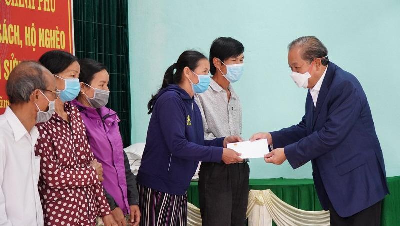 Phó Thủ tướng Trương Hoà Bình trao quà Tết cho người dân.