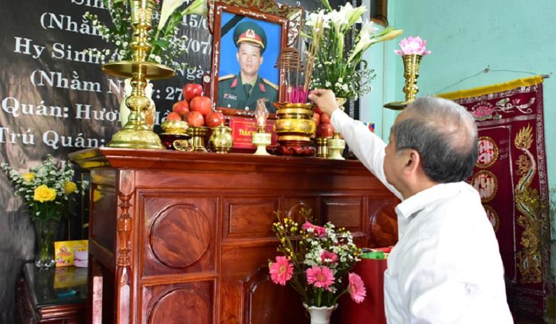 Chủ tịch UBND tỉnh Thừa Thiên Huế thắp hương cho các liệt sĩ hy sinh tại Rào Trăng.