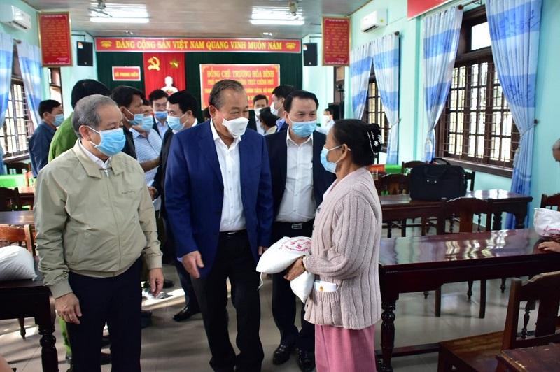 Phó Thủ tướng thăm hỏi động viên người dân.