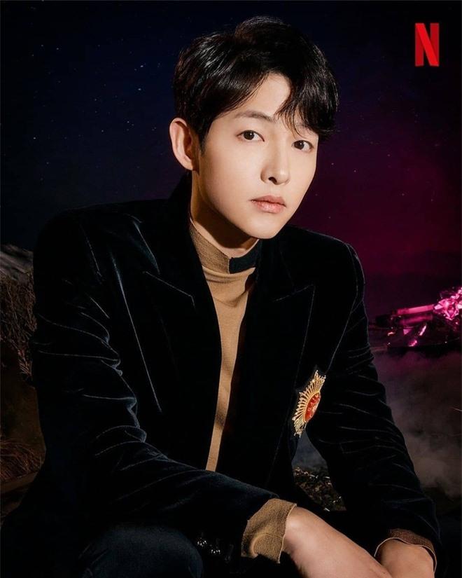 Song Joong Ki lấy lại visual đỉnh cao sau 2 năm ly hôn Song Hye Kyo, nhìn body mlem lại nhớ hồi gây bão Hậu Duệ Mặt Trời - Ảnh 2.