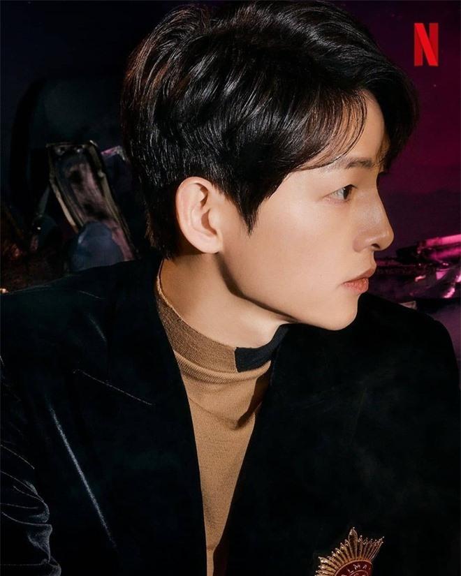 Song Joong Ki lấy lại visual đỉnh cao sau 2 năm ly hôn Song Hye Kyo, nhìn body mlem lại nhớ hồi gây bão Hậu Duệ Mặt Trời - Ảnh 3.