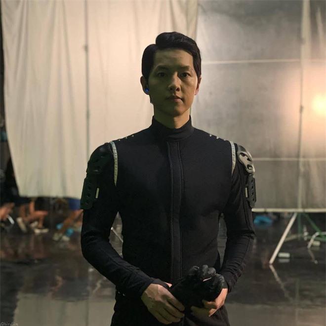Song Joong Ki lấy lại visual đỉnh cao sau 2 năm ly hôn Song Hye Kyo, nhìn body mlem lại nhớ hồi gây bão Hậu Duệ Mặt Trời - Ảnh 9.
