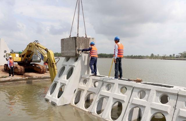 Công trình kè chắn sóng khẩn cấp tại tỉnh Cà Mau do Công ty Busadco sản xuất công nghiệp trên dây chuyền công nghệ chế tạo các thiết bị bê-tông thành mỏng đúc sẵn dùng trong kết cấu hạ tầng kỹ thuật và bảo vệ môi trường.