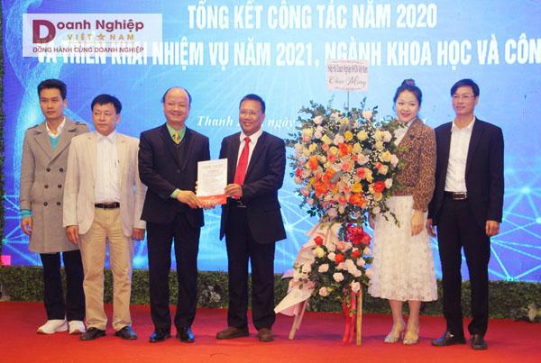 Chủ tịch Hiệp hội Doanh nghiệp KH&CN Việt Nam Hoàng Đức Thảo (thứ 3 từ phải sang) trao quyết định thành lập CLB Doanh nghiệp KH&CN Thanh Hóa.