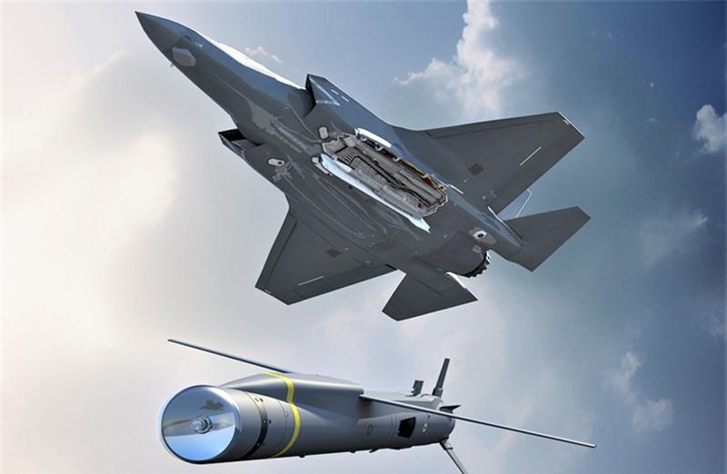 Theo Air Recognition, Bộ Quốc phòng Anh vừa ký hợp đồng trị giá 550 triệu USD để mua về tên lửa hành trình Spear 3 trang bị kcho tiêm kích thế hệ 5 F-35. Không rõ số lượng tên lửa nằm trong thương vụ này nhưng nguồn tin quân sự Anh tiết lộ, bản hợp đồng sẽ được hoàn tất trong năm 2025.