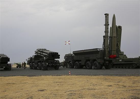 Các tên lửa 9M728 và 9M729 được thống nhất hóa về hầu hết các cụm thiết bị chính. 9M729 được trang bị hệ điều khiển và dẫn đường dựa trên quán tính với cảm ứng Doppler điều chỉnh góc tấn công theo hệ thống định vị vệ tinh Glonass và GPS. Ở giai đoạn cuối, đầu tự dẫn radar chủ động trên tên lửa sẽ được kích hoạt, tự động tìm kiếm và lao vào tấn công mục tiêu bằng đầu đạn thông thường nặng tới 450kg.
