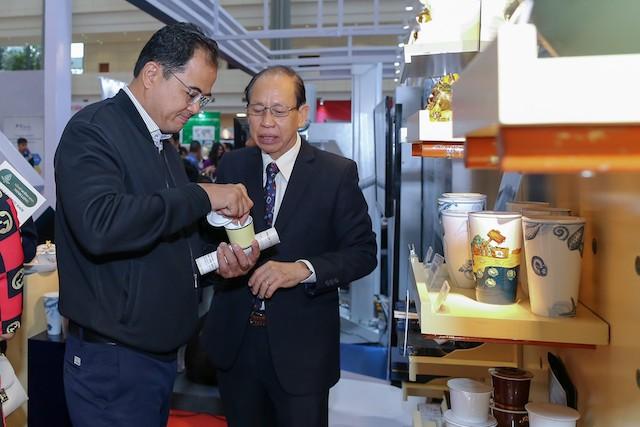 """Ông Lý Ngọc Minh (bên phải) giới thiệu sản phẩm Minh Long I tại triển lãm """"Thành tựu 60 năm ngành Khoa học và Công nghệ"""" ở Hà Nội."""