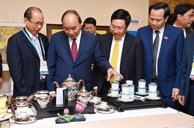Những sản phẩm cao cấp của gốm sứ Minh Long I được trưng bày trong khuôn khổ sự kiện Hội nghị Cấp cao ASEAN 2020 tại Trung tâm Hội nghị Quốc tế (Ba Đình, TP.Hà Nội).
