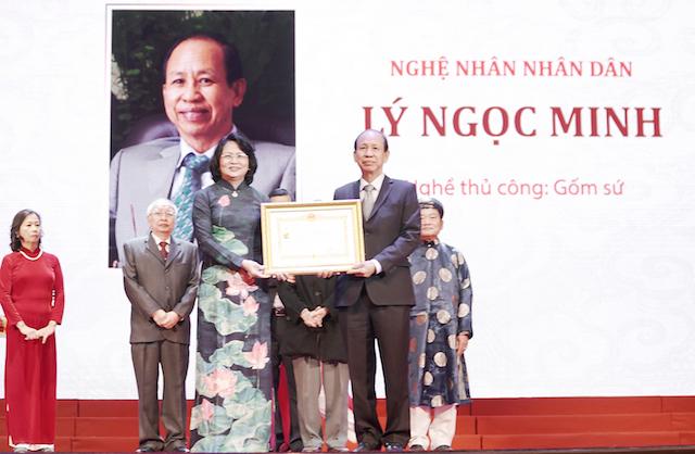 Ông Lý Ngọc Minh – TGĐ Công ty gốm sứ Minh Long I vừa nhận danh hiệu nghệ nhân nhân dân.