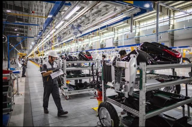 """Sản xuất công nghiệp chế biến chế tạo vẫn đang là """"cứu cánh"""" cho tăng trưởng kinh tế bối cảnh này."""