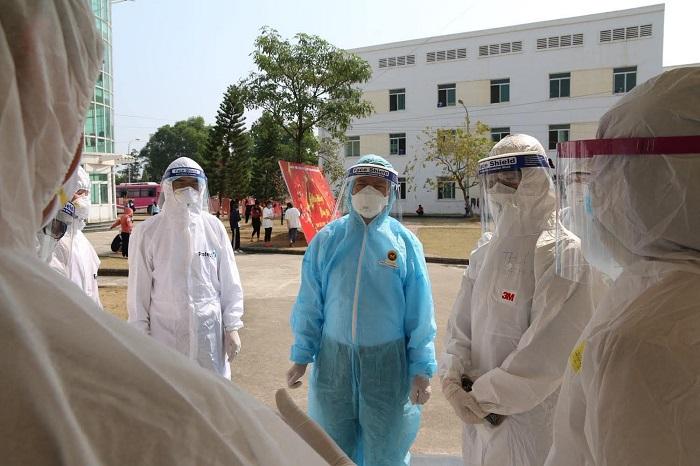 Lãnh đạo Bộ Y tế và tổ công tác về kiểm soát nhiễm khuẩn của BV Bạch Mai kiểm tra điểm cách ly tập trung Trường Trung cấp nghề Việt Nam – Canada tại Hải Dương.