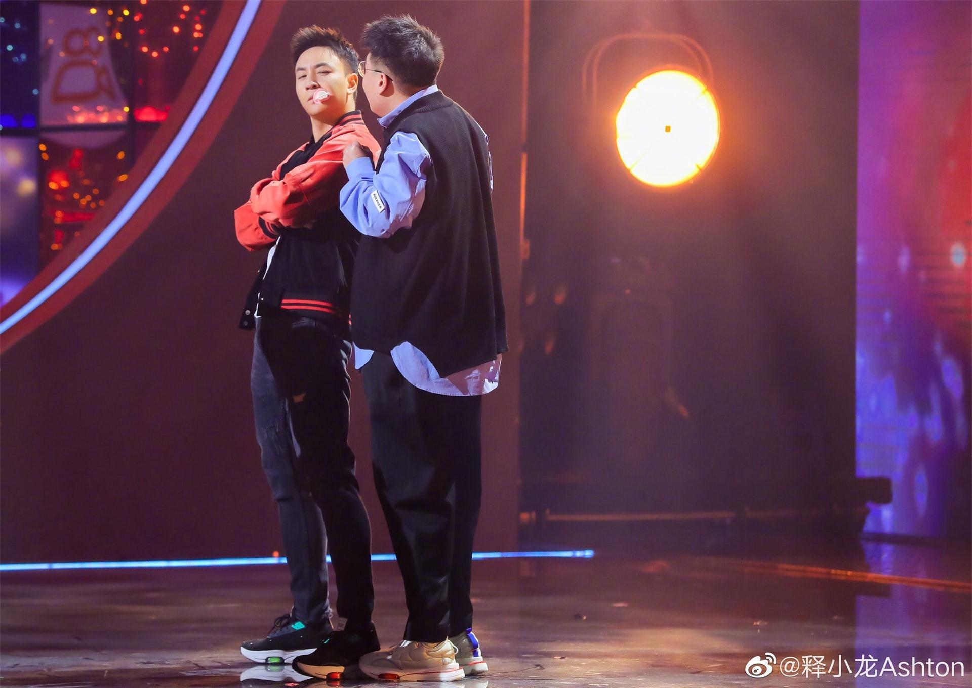 Thích Tiểu Long và Hác Thiệu Văn ôm hôn thắm thiết, hội ngộ sau 27 năm - Ảnh 1.
