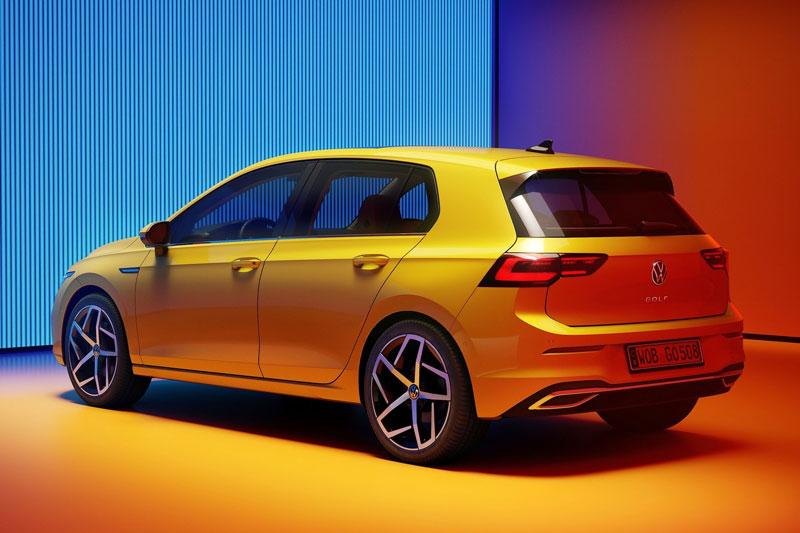 8. Volkswagen Golf 2021 (điểm tổng thể: 8/10, giá khởi điểm: 23.195 USD).
