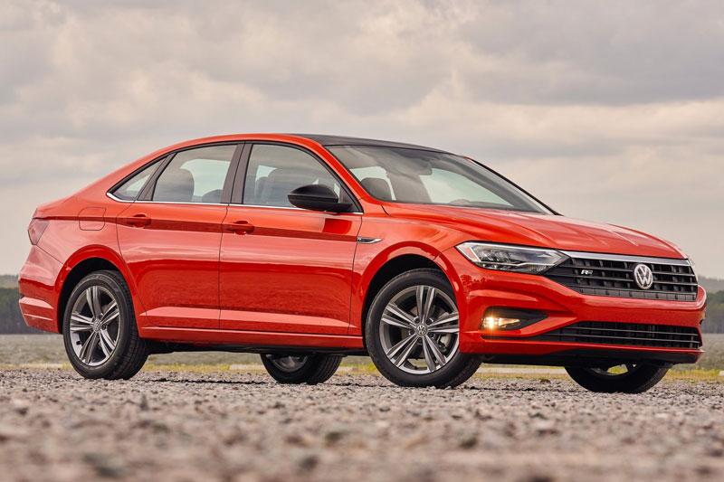 9. Volkswagen Jetta 2021 (điểm tổng thể: 7,5/10, giá khởi điểm: 18.995 USD).