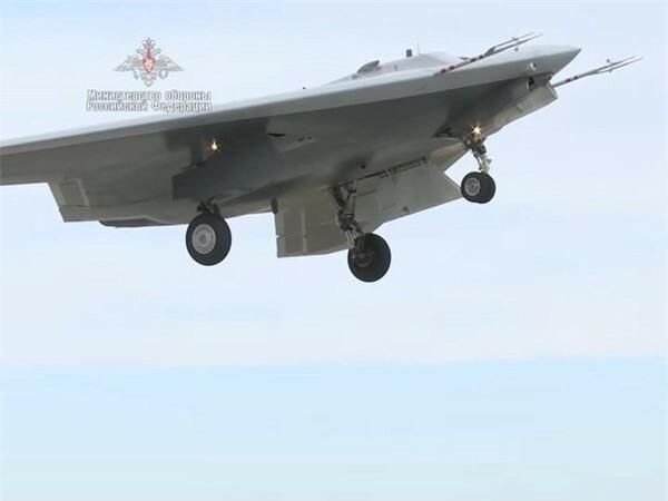 Điều làm nên sự đặc biệt trong kho vũ khí tấn công của Okhotnik được vị chuyên gia này tiết lộ là chúng có thể mang theo bom dẫn đường bằng laser và vệ tinh - KAB-500L và KAB-500S ở khoang vũ khí trong thân.