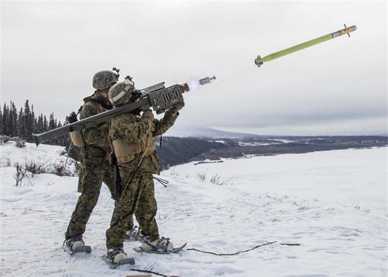 Các cuộc thử nghiệm tại căn cứ Eglin ở Florida cho thấy tên lửa Stinger trang bị ngòi nổ cận đích này đạt hiệu suất tiêu diệt mục tiêu 100%. Các kỹ sư Mỹ cũng đang nghiên cứu chế tạo biến thể trực thăng tấn công Apache có khả năng mang theo Stinger với đầu đạn mới.