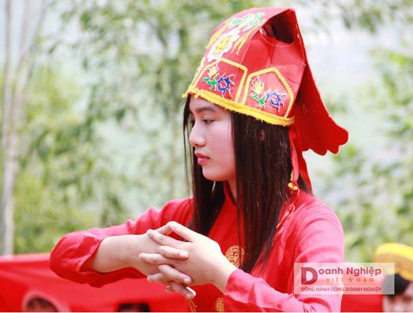 Thiếu nữ làng Chi Nê trong đội rước kiệu lễ hội truyền thống 27 tháng Giêng của làng.