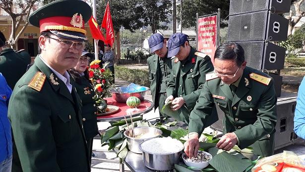 Cán bộ lực lượng Biên Phòng gói bánh chưng trong chương trình Xuân Biên Cương ấm lòng dân bản