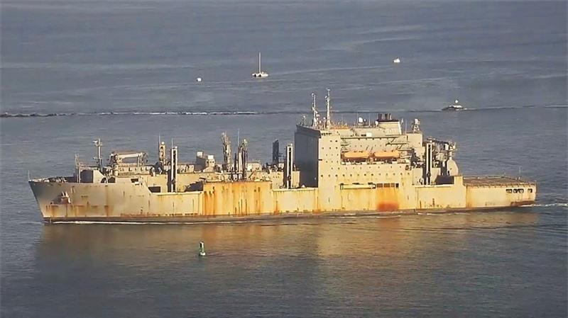 Tuy nhiên, hình ảnh được ghi lại hôm 4/12 cho thấy tình trạng thê thảm của con tàu chỉ sau 9 năm hoạt động. Màu sơn ban đầu đã biến mất, thay vào đó là những vệt hoen rỉ xuất hiện khắp thân tàu. \