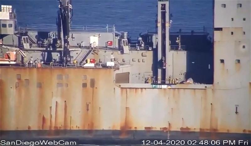 Dù rất mới nhưng nhín vào bức ảnh được Hải quân Mỹ công bố người ta khó có thể nhận ra chiếc tàu này bởi lớp vỏ ngói cách âm bao phủ hai bên thân tàu bị lột ra khá nhiều. Ngoài ra, lớp ngói cách âm của USS Colorado bị tróc cũng đã để lộ ra những vết gỉ loang lổ ở thân tàu. Điều này cho thấy, dường như ngói cách âm bề mặt của con tàu đã bị tróc từ lâu, làm cho thân tàu bị gỉ do sự ăn mòn của nước biển.