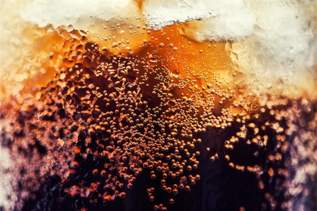 Vì sao nước có ga ngon hơn khi uống lạnh? - Ảnh 1.
