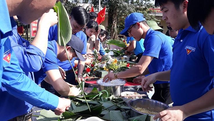 Đoàn Thanh Niên tham gia gói bánh chưng gúp bà con