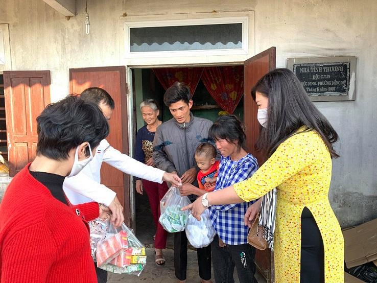 Anh chị em làm du lịch tặng quà cho gia đình khó khăn trong dịp Tết đến xuân về