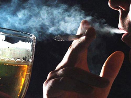Hút thuốc lá làm tăng nguy cơ nghiện rượu