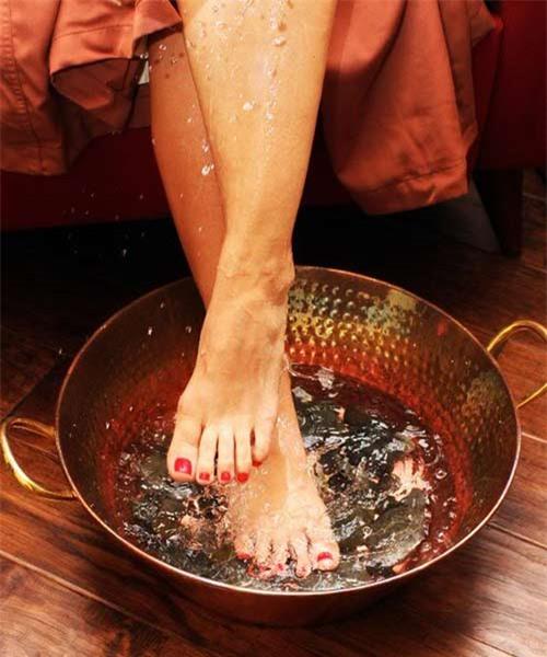 Ngâm chân là cách làm trăng da chân hiệu quả