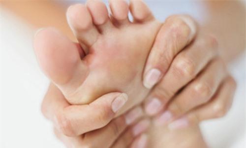 Xoa bóp với dàu dưỡng để làm trắng mịn mang da chân