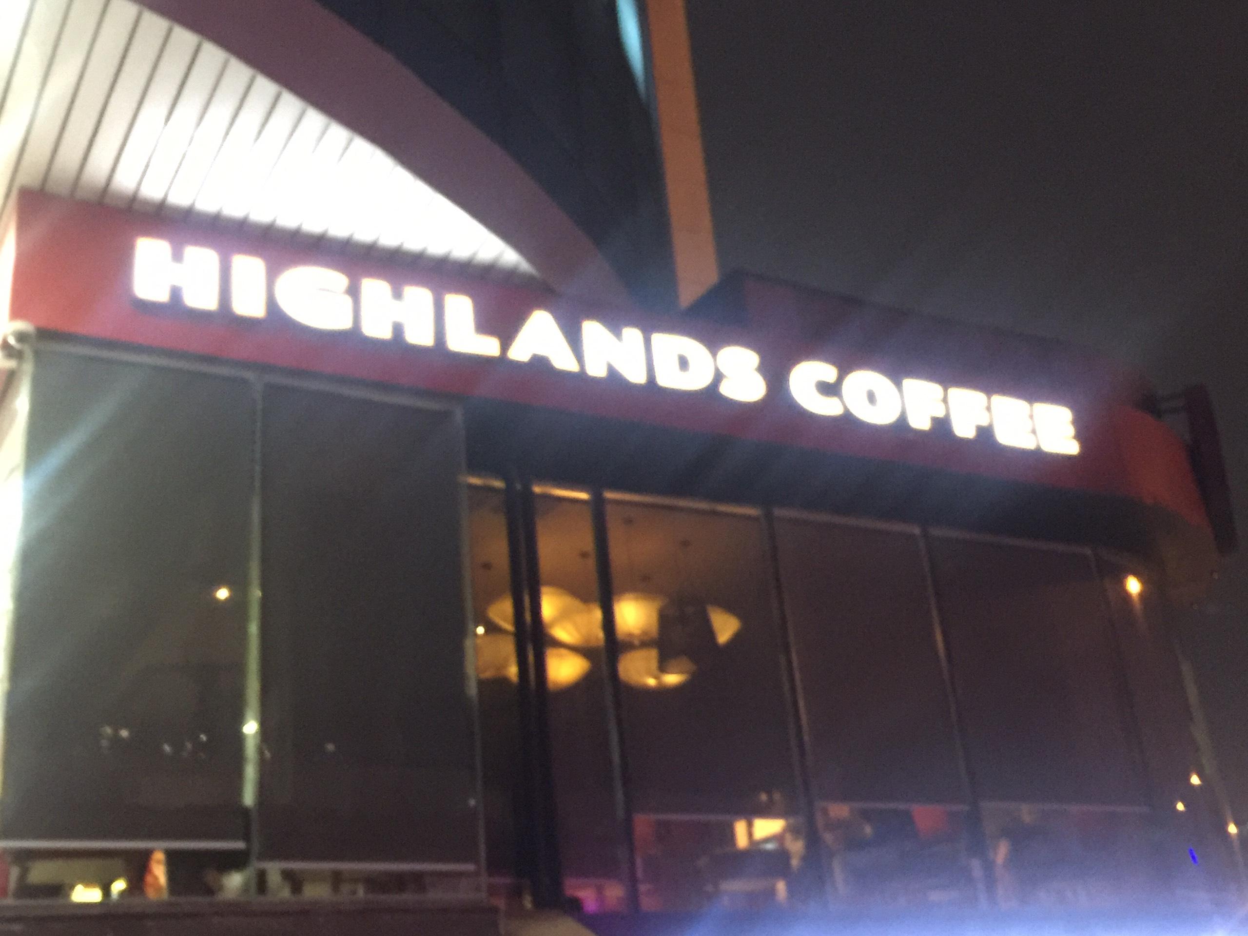 Một quán Highlands Coffee ở Hà Đông kéo rèm nhằm che mắt lực lượng chức năng, bên trong khách hàng và nhân viên vẫn hoạt động bình thường.