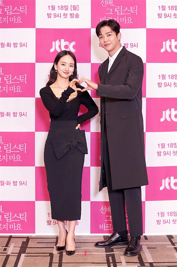 """6 """"người khổng lồ"""" Kbiz: Lee Kwang Soo dìm cả dàn sao, nam thần cao nhất Kpop gây sốt, """"há mồm"""" khi kéo đến sao Knowing Bros - Ảnh 11."""