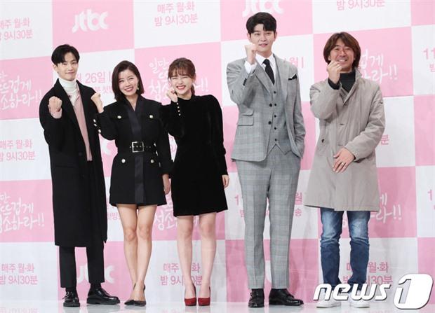"""6 """"người khổng lồ"""" Kbiz: Lee Kwang Soo dìm cả dàn sao, nam thần cao nhất Kpop gây sốt, """"há mồm"""" khi kéo đến sao Knowing Bros - Ảnh 22."""