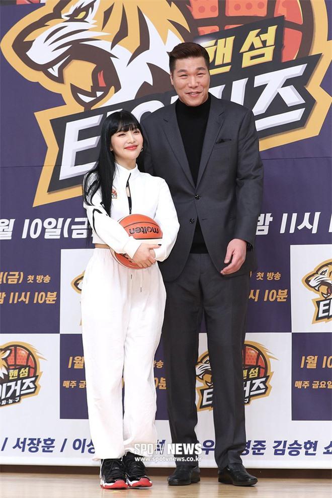 """6 """"người khổng lồ"""" Kbiz: Lee Kwang Soo dìm cả dàn sao, nam thần cao nhất Kpop gây sốt, """"há mồm"""" khi kéo đến sao Knowing Bros - Ảnh 26."""