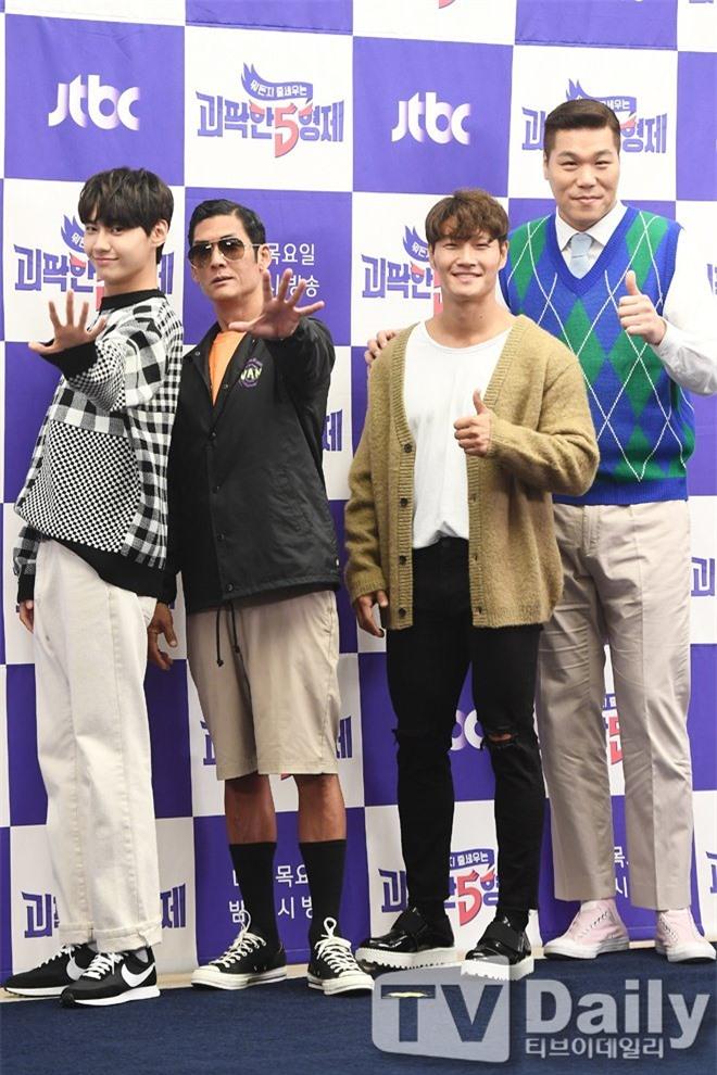 """6 """"người khổng lồ"""" Kbiz: Lee Kwang Soo dìm cả dàn sao, nam thần cao nhất Kpop gây sốt, """"há mồm"""" khi kéo đến sao Knowing Bros - Ảnh 27."""