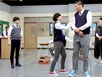 """6 """"người khổng lồ"""" Kbiz: Lee Kwang Soo dìm cả dàn sao, nam thần cao nhất Kpop gây sốt, """"há mồm"""" khi kéo đến sao Knowing Bros - Ảnh 28."""