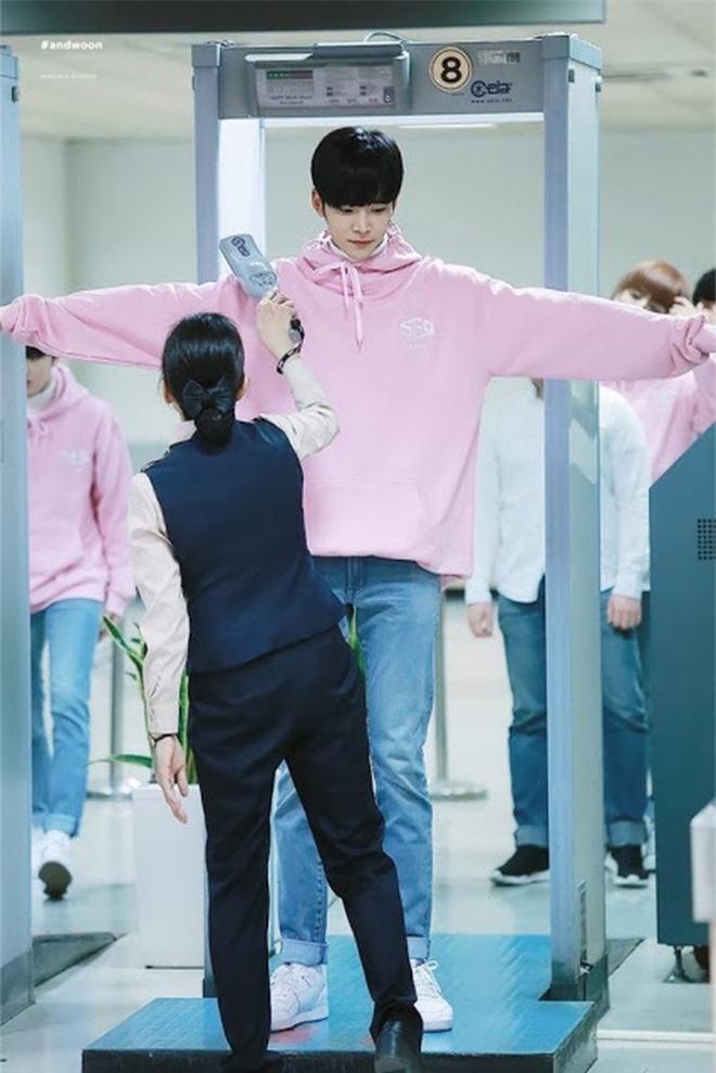 """6 """"người khổng lồ"""" Kbiz: Lee Kwang Soo dìm cả dàn sao, nam thần cao nhất Kpop gây sốt, """"há mồm"""" khi kéo đến sao Knowing Bros - Ảnh 10."""