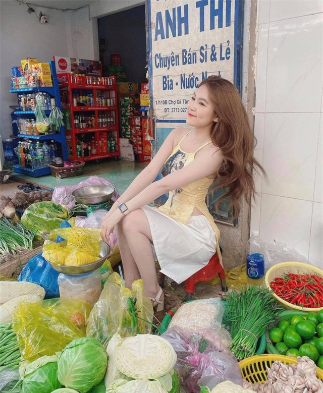Dừng đóng chung với Lộc Fuho, cô giáo hot girl gây sốc khi mặc yếm gợi cảm, đứng bán rau ngoài chợ - Ảnh 3.