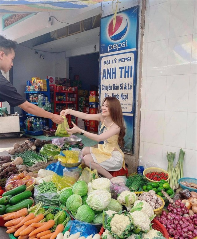 Dừng đóng chung với Lộc Fuho, cô giáo hot girl gây sốc khi mặc yếm gợi cảm, đứng bán rau ngoài chợ - Ảnh 4.