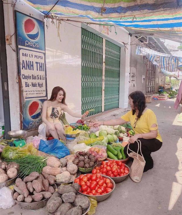 Dừng đóng chung với Lộc Fuho, cô giáo hot girl gây sốc khi mặc yếm gợi cảm, đứng bán rau ngoài chợ - Ảnh 5.