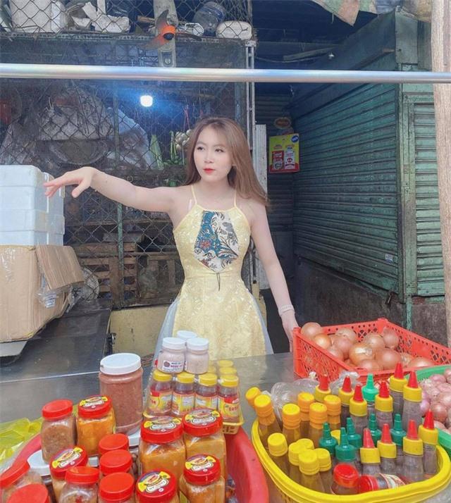 Dừng đóng chung với Lộc Fuho, cô giáo hot girl gây sốc khi mặc yếm gợi cảm, đứng bán rau ngoài chợ - Ảnh 6.
