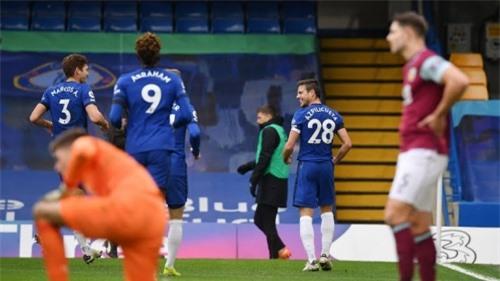 Hàng thủ 3 người của Chelsea đang thi đấu cực hay, thường xuyên ghi bàn và chưa để đối phương chọc thủng lưới lần nào