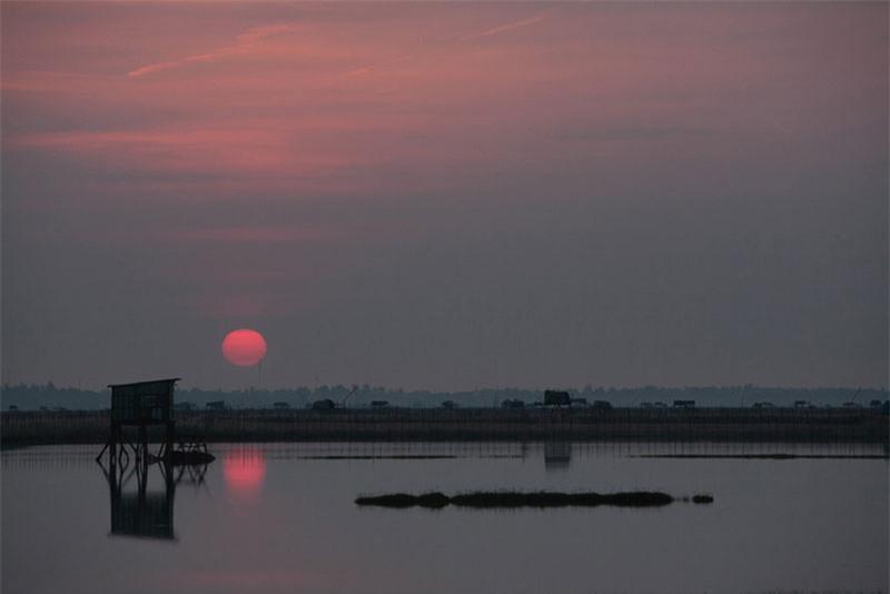 Đầm cách trung tâm thành phố Huế khoảng 10 km về phía Nam, thuộc huyện Phú Vang. Đầm Chuồn có diện tích lên đến 100 ha. Ảnh: Thắng Sói.