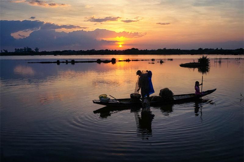 """Cảnh ngư dân quăng chài kéo lưới giữa hồ, bắt cua ốc tay chân lấm lem bùn lầy, cảnh mua bán tấp nập nơi làng quê nhỏ, cảnh trẻ con đùa vui làm nước bắn tung tóe lên người là những """"thước phim"""" đẹp nhất. Ảnh: Caoanhtuan."""