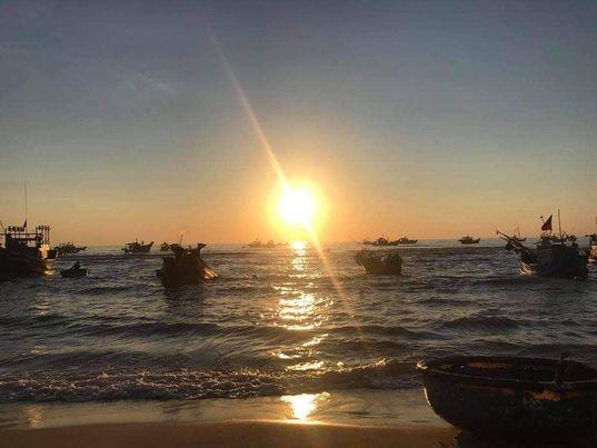 Ông mặt trời đã lên trên biển Nhân Trạch - cảnh đẹp say lòng du khách.