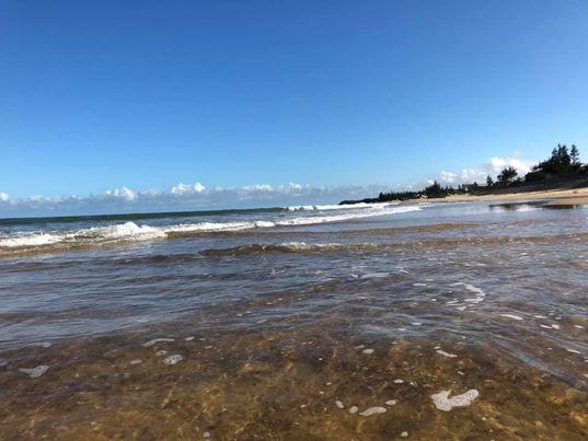 Biển trong xanh cuốn hút du khách.