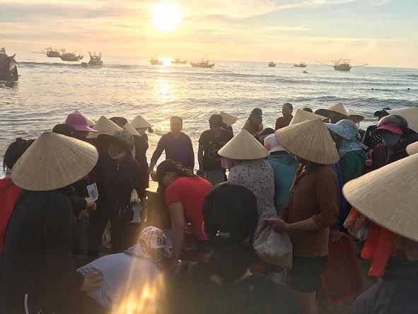 Trao đổi mua bán đông vui- chợ cá này cũng là nguồn hải sản đi cung ứng các nơi...