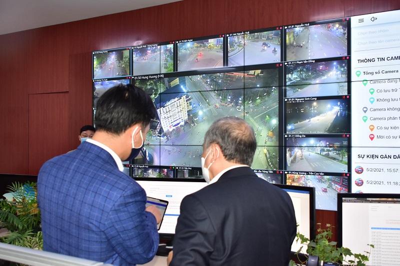 Chủ tịch UBND tỉnh Thừa Thiên Huế Phan Ngọc Thọ kiểm tra việc ứng dụng CNTT vào công tác phòng chống dịch COVID-19 tại Trung tâm điều hành đô thị thông minh.